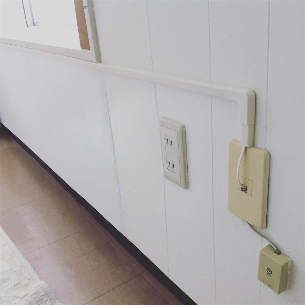 配線モールを使って電話線のコードを隠してすっきりした部屋の様子