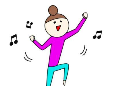 音楽をかけてノリノリで踊る女性