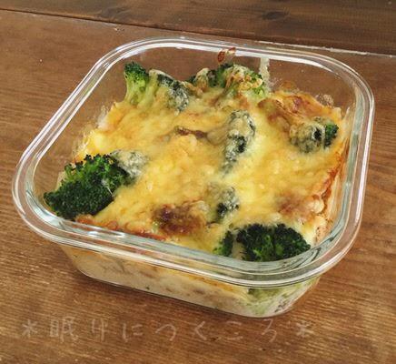 100均ダイソーガラス耐熱容器をグラタン皿代わりにして作ったチーズとブロッコリー入りのチキンドリアを斜めから見て深さ確認