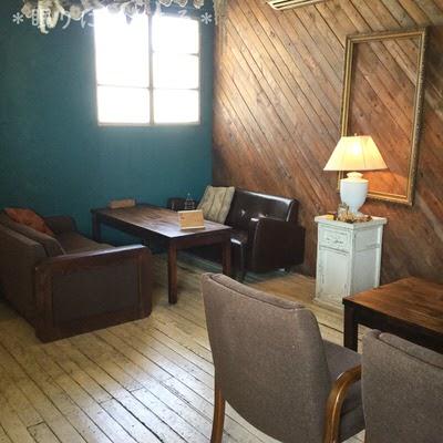 席ごとにテーブルや椅子が違う北中城ジジカフェ