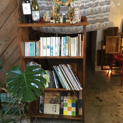 本もたくさん置いてあるのでつい長居したくなる北中城ジジカフェ