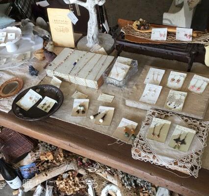 作家さん手作りのアクセサリーも販売している北中城ジジカフェ