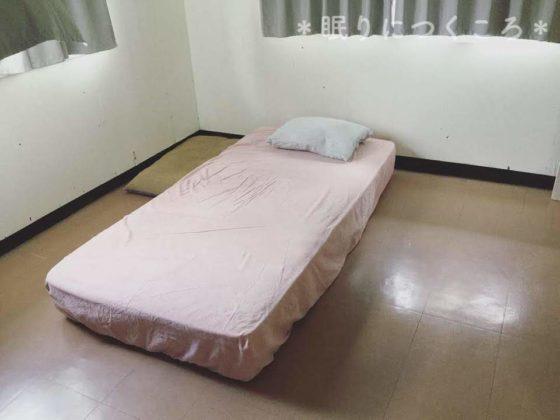 ベッドだけのガランとした寝室