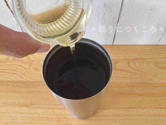 うがい用の紅茶に蜂蜜を入れる