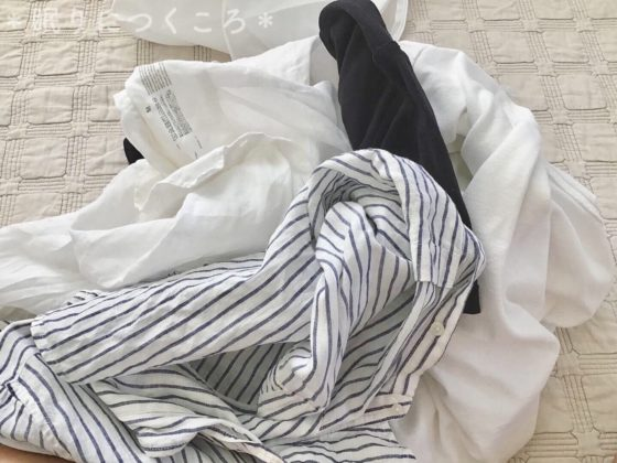 無印良品の両面使える洗濯ネット丸型大に洗濯物として入れるリネンシャツとTシャツ