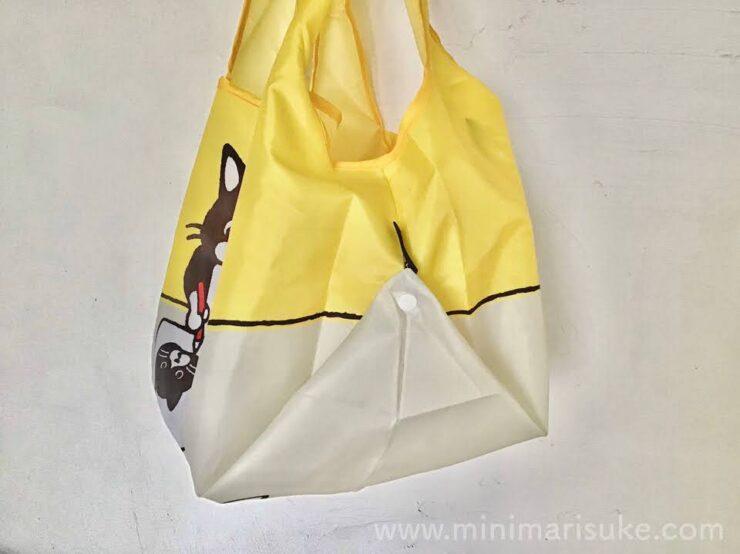 側面でボタンを留めてマチを広げられる便利な2WAY仕様の白黒さんいらっしゃいエコバッグ