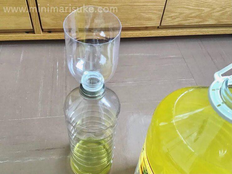 漏斗代わりに切ったペットボトルを使ってパインソルを詰め替える